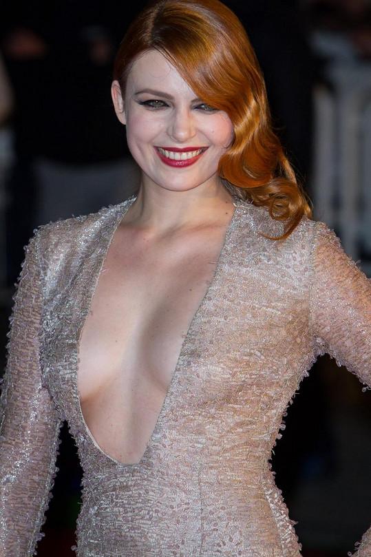 Élodie Frégé vystavovala na odiv svůj obrovský výstřih.