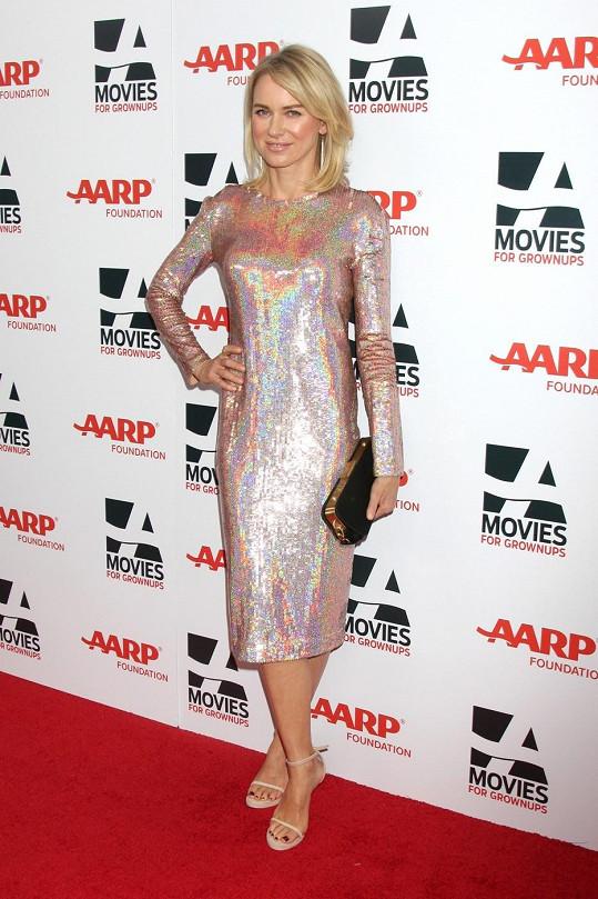 Mladistvá Naomi Watts model oblékla jako první.