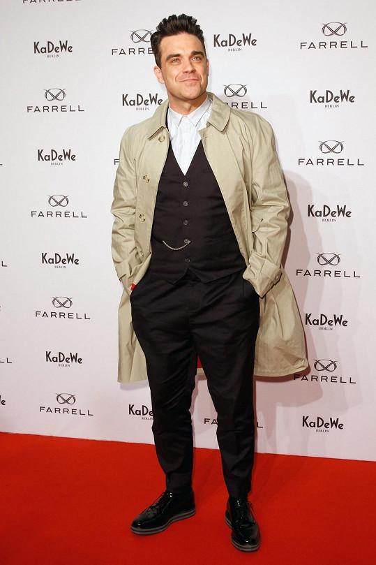 Robbie Williams v kabátu své vlastní zkrachovalé značky Farrell.