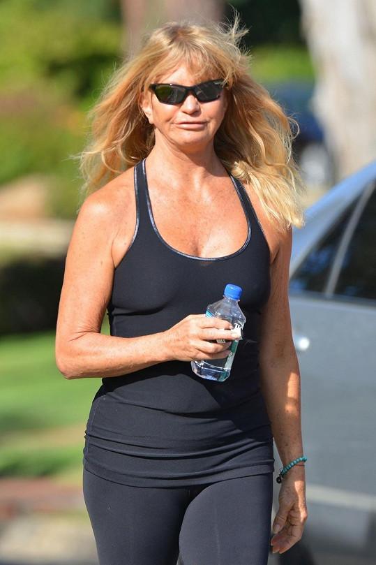 Goldie Hawn vyběhla bez podprsenky.