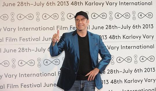 John Travolta si vzal kšiltovku.