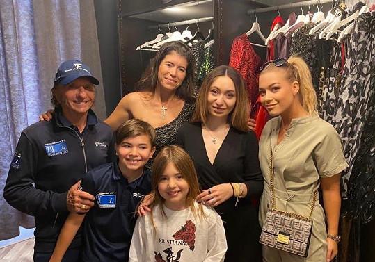 Manželka Fittipaldiho vyrazila i na nákupy k návrhářce Kristianně, kterou jí představila Dominika Myslivcová.