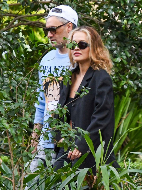 Rita Ora už pár měsíců randí s režisérem filmu Thor Taikou Waititim.