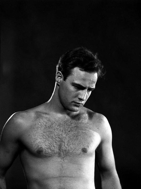 Marlon Brando patřil k vyhlášeným hollywoodským milovníkům. Jeho postelí prošla řada mužů a žen.