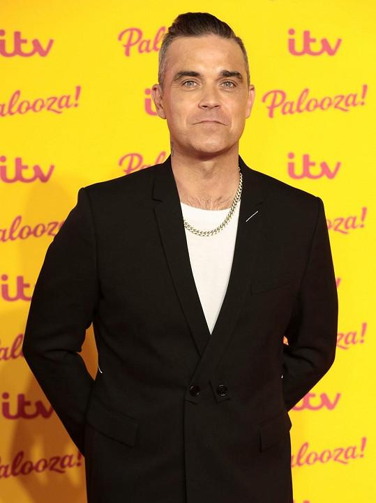 Robbie Williams se tak trochu vysmívá požadavku Justina Biebra na jeho fanoušky.