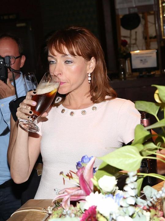 Tatiana Dyková oslavila premiéru pivem.