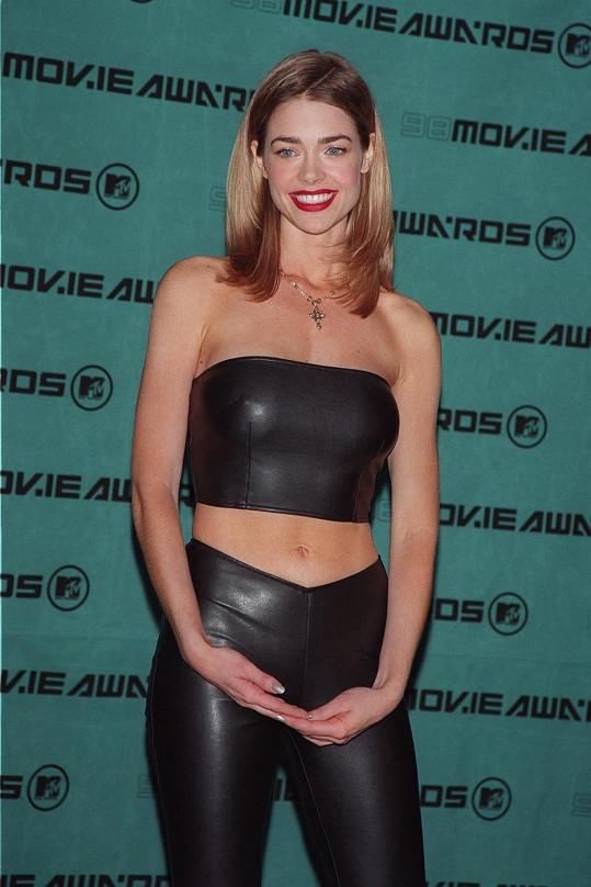 O poznání ženštější Denise v roce 1998.