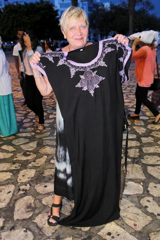 Jarka v Tunisku nevynechala trhy, kde si nakoupila šaty.