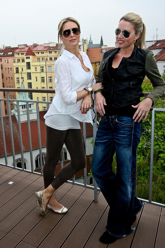 Simona Krainová (vlevo) a její sestra Yvonna