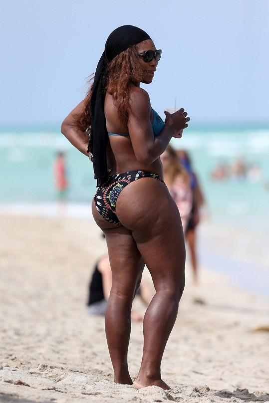 Tento zadek na pláži nepřehlédnete.
