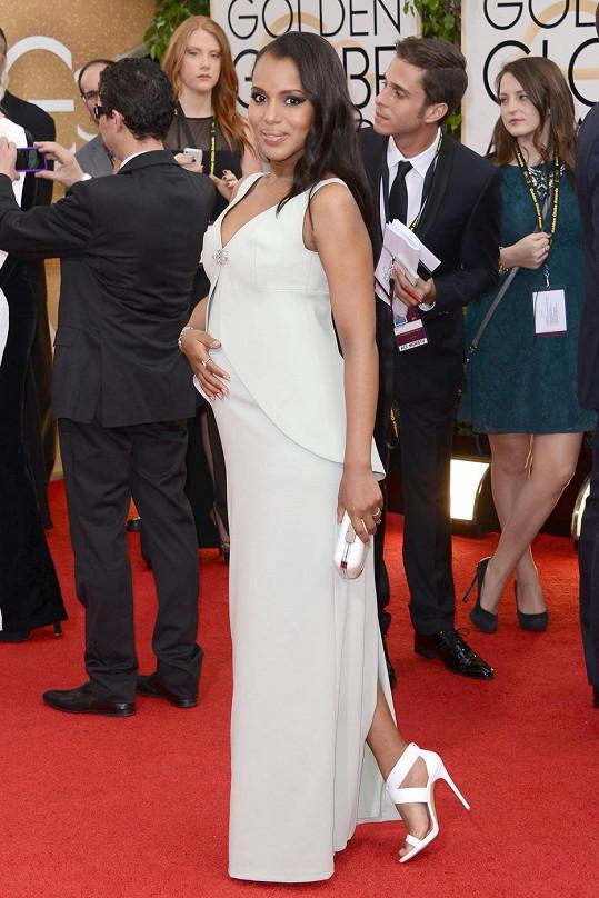 """Kerry Washington použila své vyklenuté bříško jako dokonalý módní doplněk. Ve střihově jednoduchých šatech Balenciaga její """"šperk"""" dokonale vynikal."""