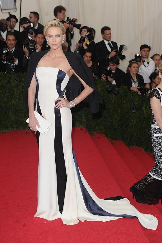 Charlize Theron vypadala v Couture róbě Dior fantasticky. Ženskost šatům dodává vlečka a masivní náušnice Fred Leighton, naopak mužský element dodávalo celku smokingové sako přehozené přes ramena.