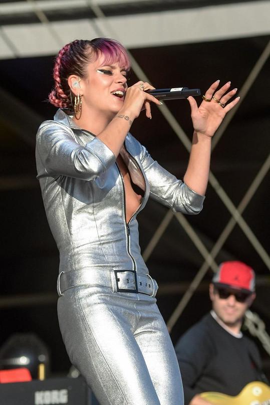 Lily Allen během vystoupení na festivalu Hylands Park