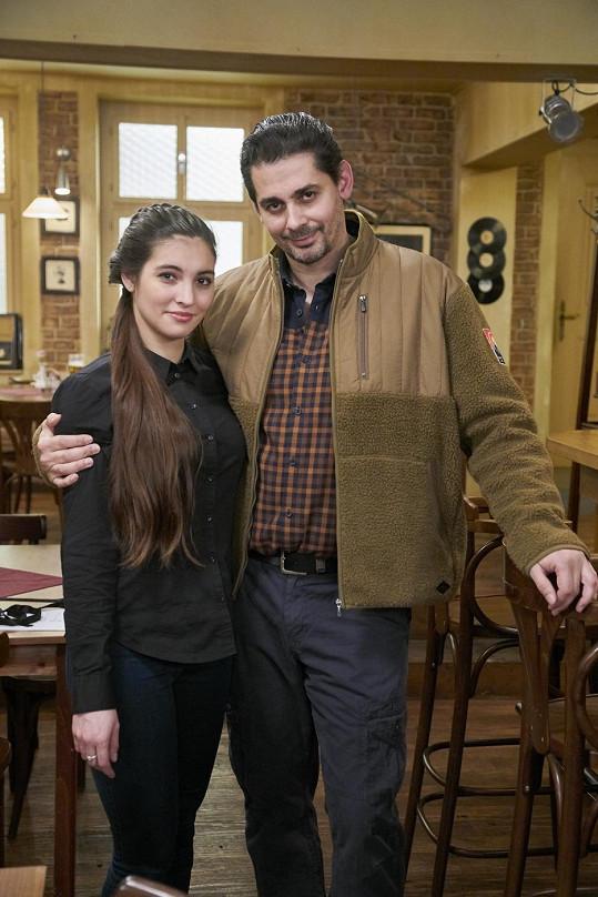 Karol Csino se svou seriálovou dcerou Sárou Affašovou