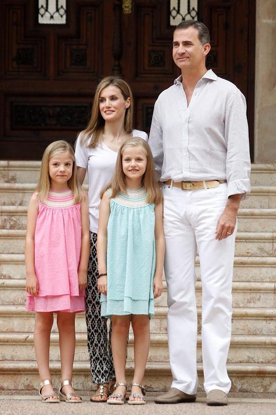 Královna Letizia s králem Filipem a jejich dcerami Leonor (vpravo) a Sofíou před palácem Marivent.