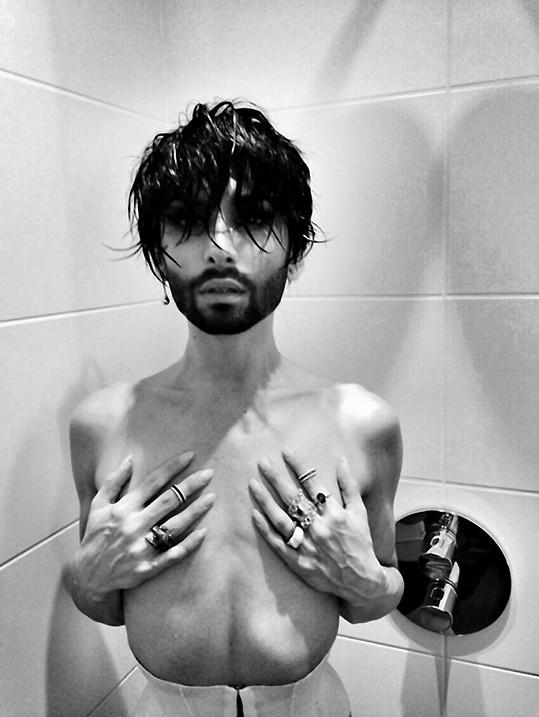 Conchita v koupelně