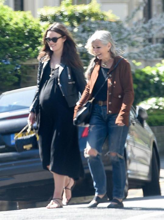 Keira Knightley má matku, která rozhodně není typickou seniorkou.
