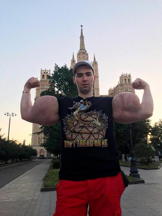 Hnán touhou po velkých svalech si Kirill Tereshin do paží vpravoval olej.