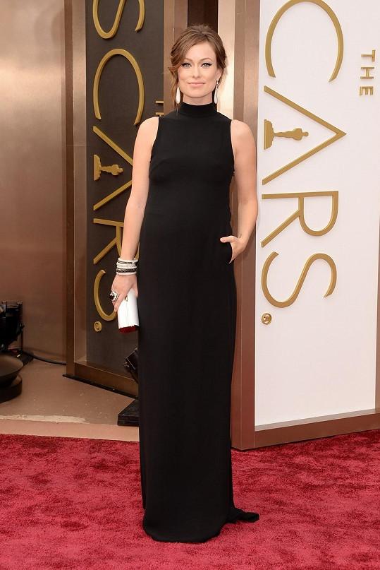 Říká se, že těhotné ženy by se černé barvy měly vyvarovat. Olivia Wilde na to ale nedbala a oblékla splývavé šaty od Valentina.