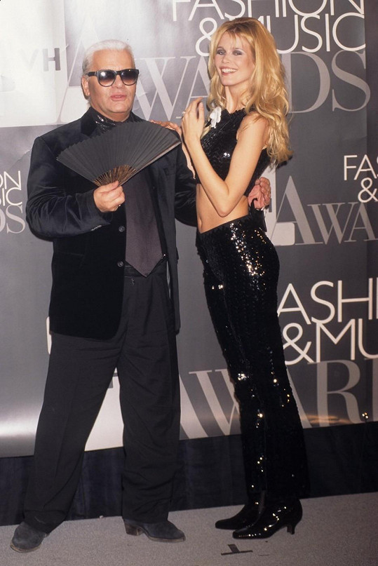 Německá modelka s návrhářem Karlem Lagerfeldem...