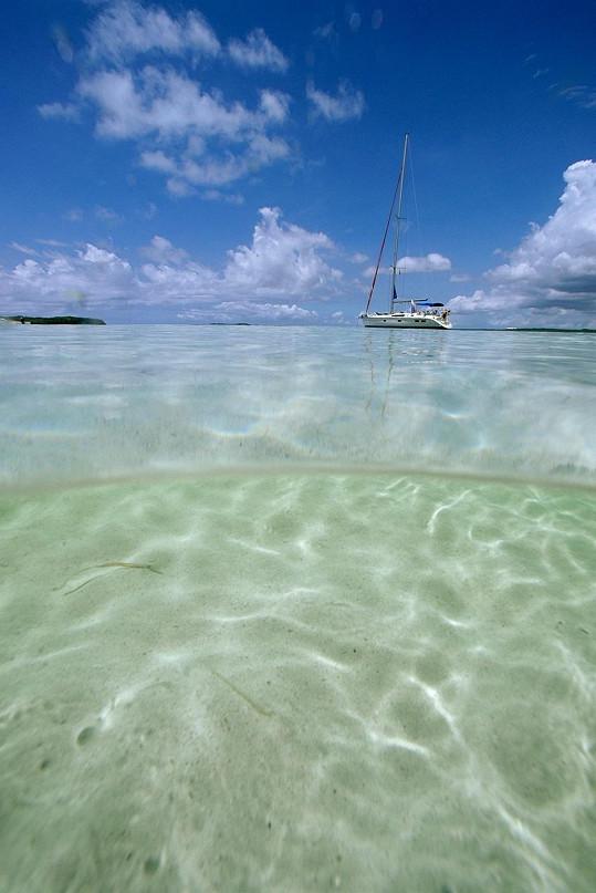 Takto průzračné moře obklopuje ostrov, jenž bude patřit Beyoncé a jejímu muži.