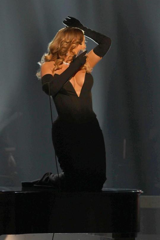 Mariah Carey se ráda chlubí dekoltem.