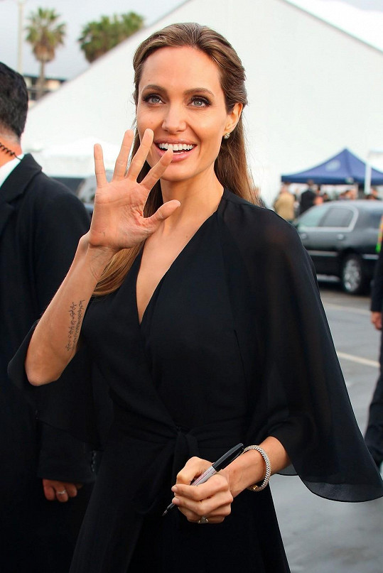 Angelina šokovala kostnatou rukou.