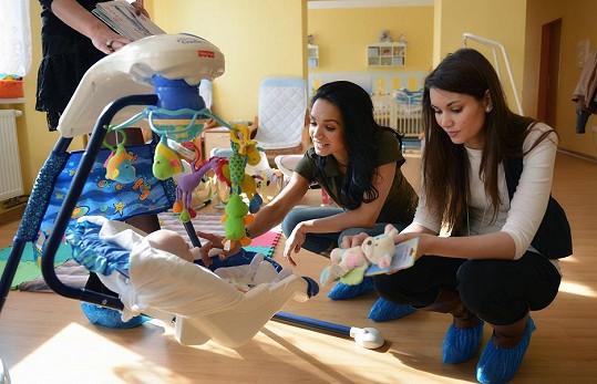 Gábina Dvořáková a Lucie Smatanová navštívily opuštěná miminka.