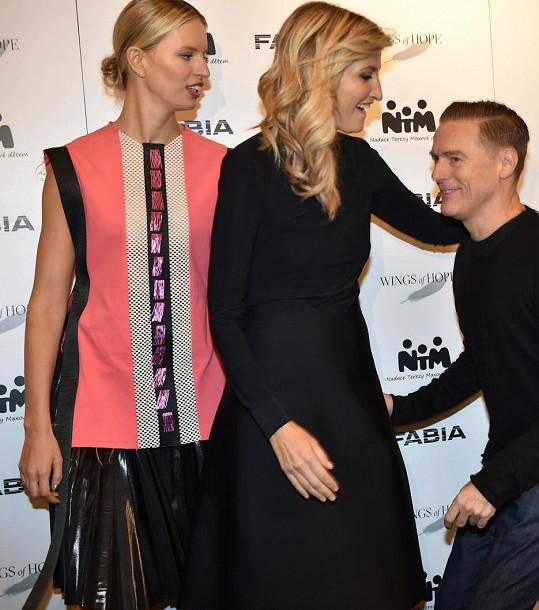 Topmodelka Karolína Kurková a pořadatelka akce Tereza Maxová se vítají s Bryanem Adamsem.