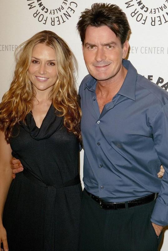 Charlie Sheen s Brooke v době, kdy byli šťastní.