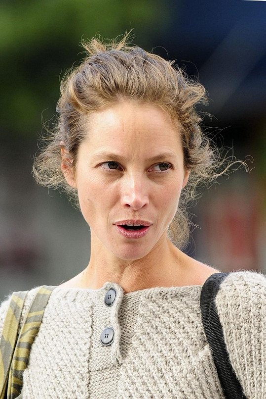 Modelčina tvář je i bez známky make-upu stále nádherná.