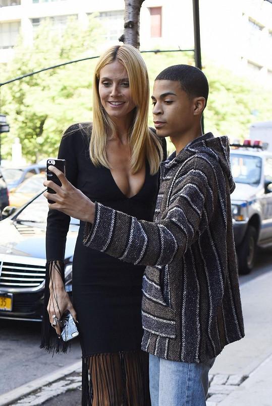 Heidi s fanouškem, který neodolal pokušení pořídit si s vnadnou modelkou selfie.