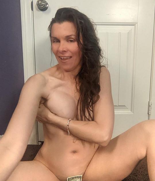 Alicia Arden se ukázala nahá. Intimní partie zakrývala bankovka.