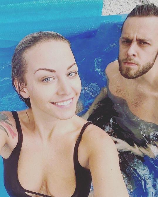 Agáta Hanychová a její bratr Vincent hupsli do bazénu.