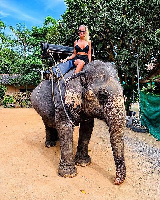Některým jejím fanouškům se nelíbilo, že se svezla na ochočeném slonovi.