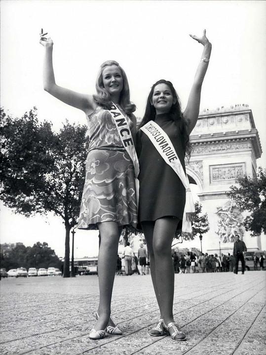Alžběta Štrkulová (vpravo)na Miss World s kolegyní z Francie