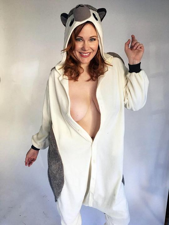 Maitland Ward dováděla v podivném kostýmu.