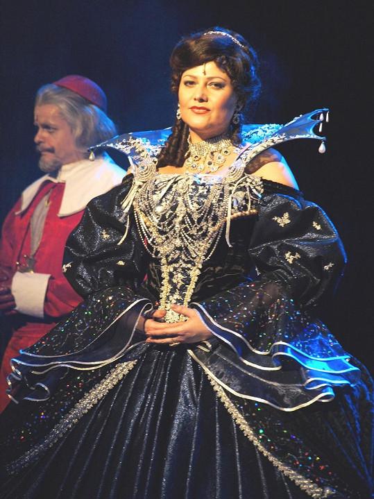 A tady jako královna Anna v muzikálu Tři mušketýři (2008)