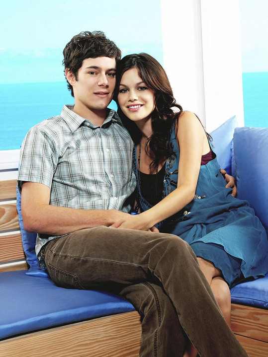 Vztah z děje O.C. se promítl i do skutečnosti. Bilson a Brody spolu začali chodit během natáčení seriálu a rozešli se po třech letech v roce 2006.