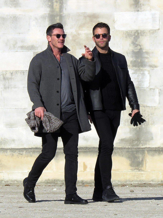 Luke Evans s partnerem Jonem Kortajarenou v Paříži