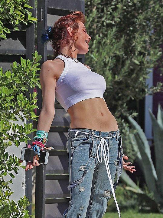 Kromě neoholeného podpaží je Bella Thorne známá i tím, že zásadně nevytahuje podprsenku.