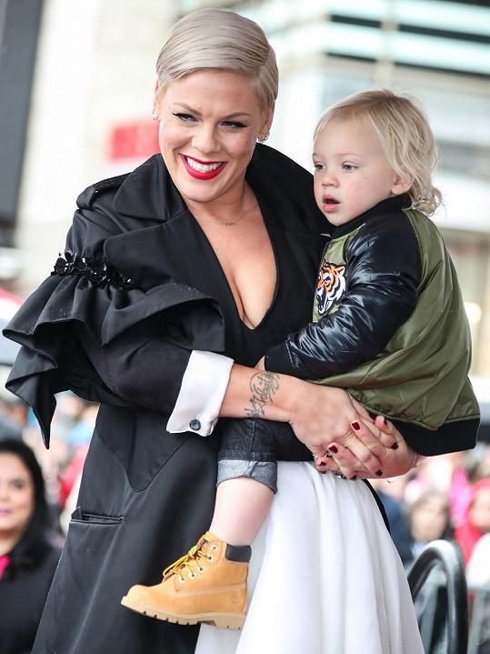 O něco horší byl průběh u zpěvačky Pink a jejího syna Jamesona.