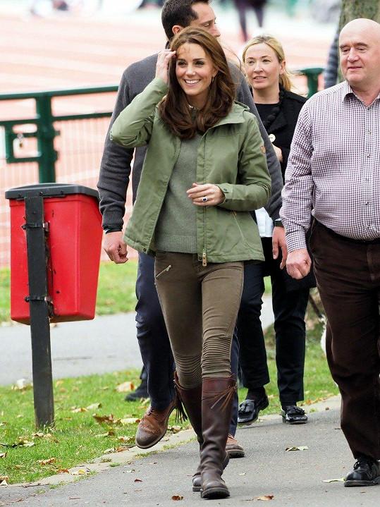 Na první akci po mateřské, jako oficiální zástupkyně státu, Kate zamířila do lesní školky za dětmi.