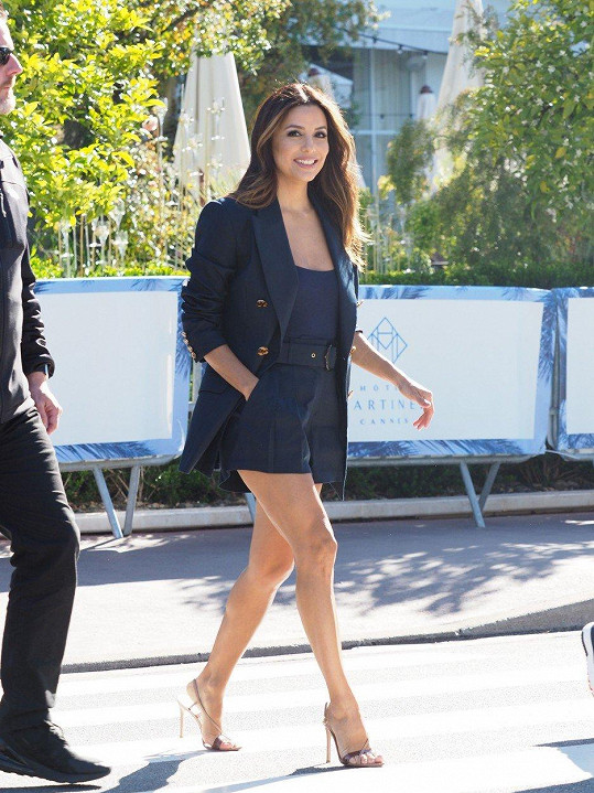 Na promenádě v Cannes předvedla své štíhlé nohy v kraťasech.