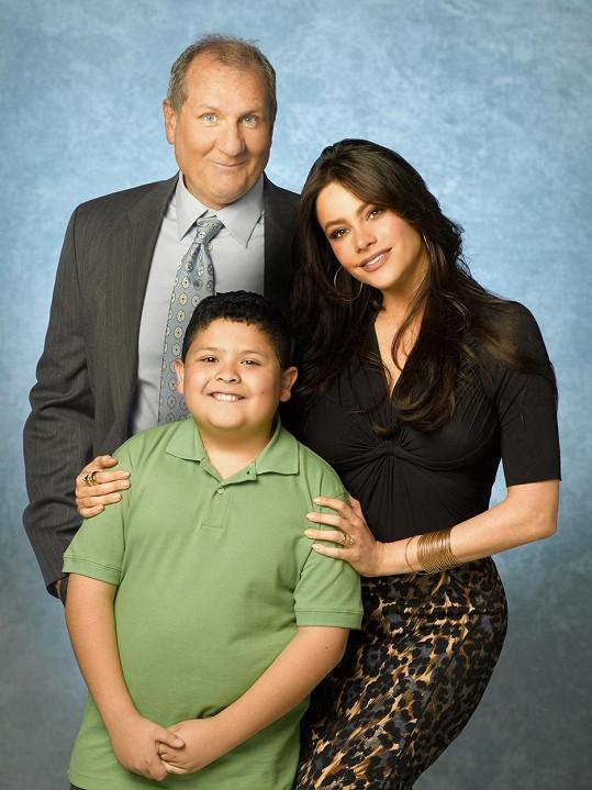 Vergaru proslavil seriál Taková moderní rodinka. Na snímku s Edem O'Neillem a Ricem Rodriguezem (uprostřed)