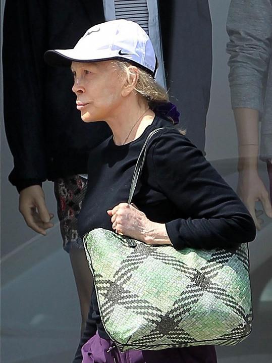 Na stará kolena si Faye Dunaway takový obličej, rozpadlý po všech těch plastických operacích, nezasloužila.