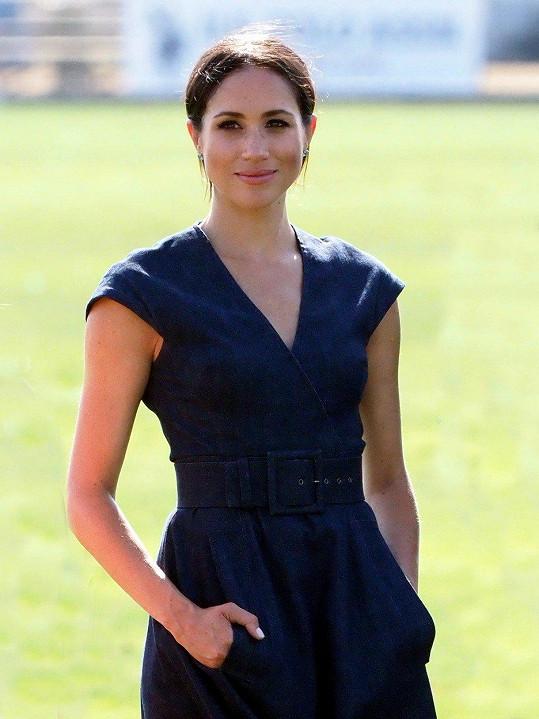 Meghan oblékla šaty za 70 tisíc korun.