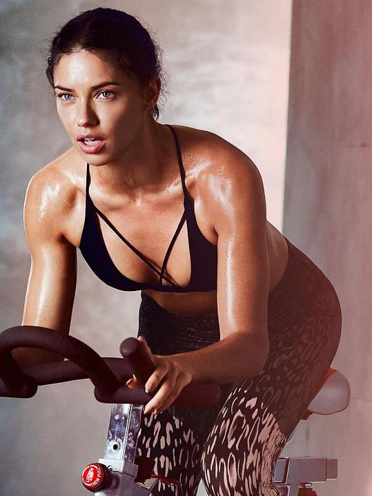 Adriana Lima pózuje ve sportovní kolekci.