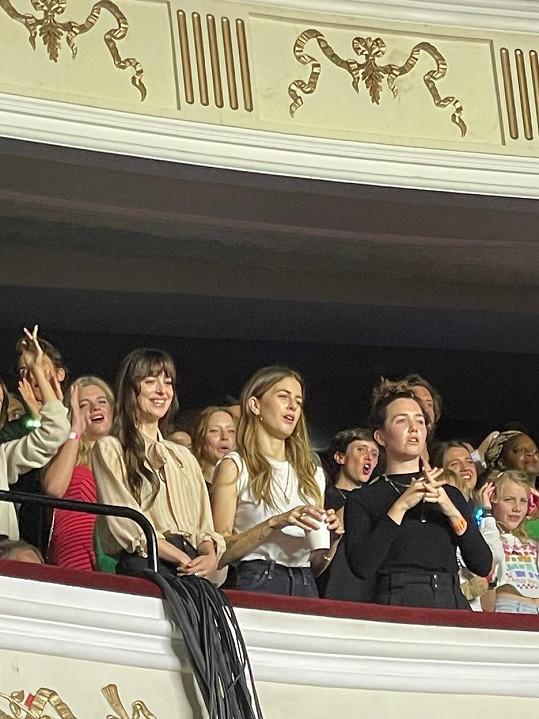 Den před premiérou podpořila partnera Chrise Martina na koncertě Coldplay.