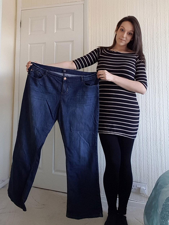 Tyto obří džíny jí dříve byly těsné.
